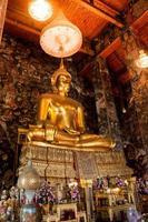 grande estátua de Buda bonita na igreja
