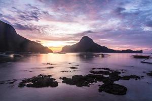 pôr do sol sobre a baía de el nido em palawan, filipinas