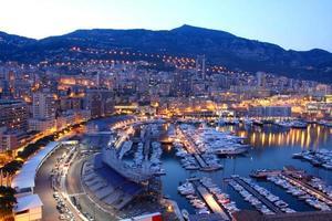 uma bela imagem de Mônaco à noite