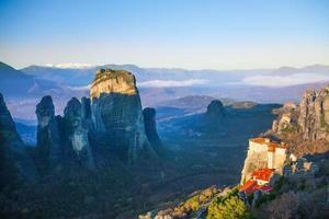 vista distante sobre o sagrado mosteiro de rousanou