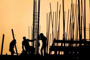 silhueta do trabalhador da construção civil no local de trabalho foto