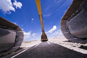 pá escavadeira hidráulica em terra foto