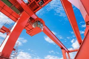 guindaste de ponte portuária no céu azul foto