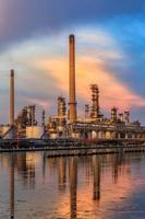 refinaria de petróleo com reflexo na água foto