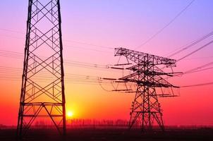 fio de energia elétrica ao pôr do sol