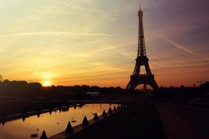 nascer do sol em paris torre eiffel foto