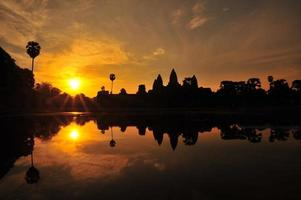 Templo de Angkor Wat em fundos do nascer do sol foto