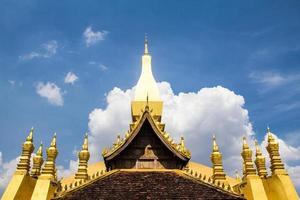 wat dourado que luang em vientiane, laos