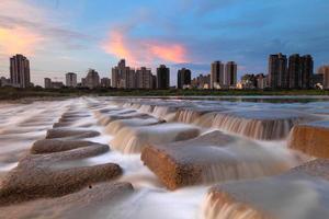skyline de hsinchu pelo rio foto