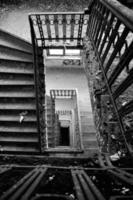 velha escadaria em uma casa abandonada foto