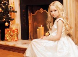 conceito de Natal e pessoas - linda garotinha no vestido foto