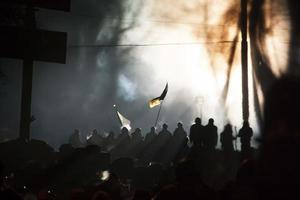 rua kiev durante a revolução cheia de pessoas com bandeira
