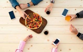 mãos pessoas madeira café pizza mesa bebe comida aparelhos eletrônicos foto