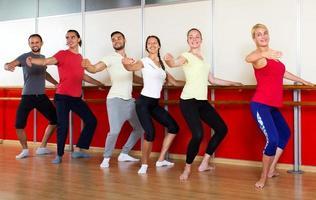 pessoas sorridentes ensaiando dança de balé