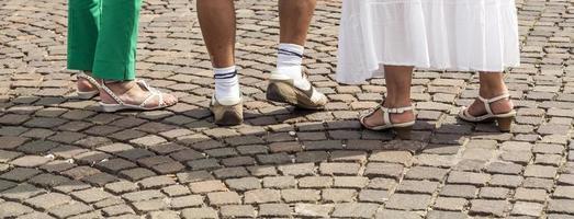 pés de pessoas com sapatos foto