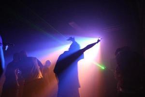 pessoas dançando em um clube subterrâneo