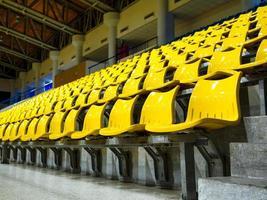 filas de assentos instaladas no estádio esportivo indoor foto