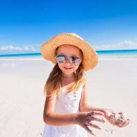 menina adorável na praia foto