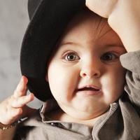 olhos verdes de bebê foto