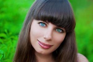 mulher de rosto com cabelos castanhos e olhos azuis