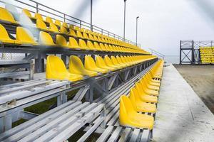 bancos esportivos no estádio foto