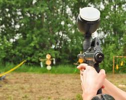 arma de paintball em ação foto