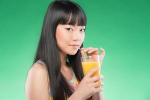 suco e mulher asiática foto