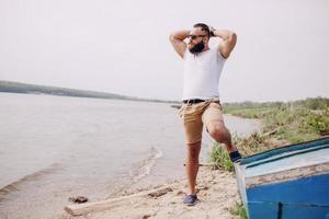 homem barbudo na praia