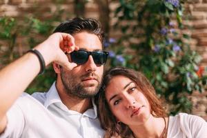 lindo casal jovem relaxante durante o dia de sol foto