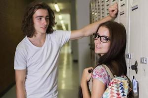 dois jovens estudantes bonitos na faculdade foto