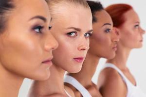 quatro mulher em pé em uma linha foto