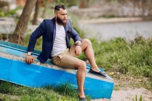 homem barbudo no barco foto
