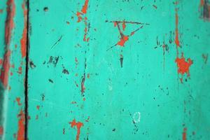 metal colorido enferrujado com fundo de tinta rachada
