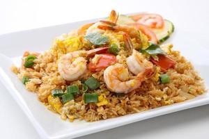 arroz frito de camarão comida tailandesa foto