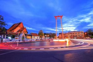 balanço gigante, templo suthat, bangkok, tailândia foto