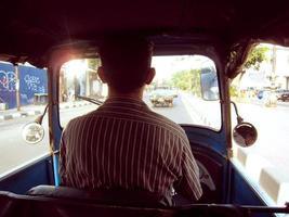 motorista de táxi vintage tuk tuk
