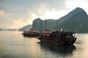 Baía e barco de Halong. foto