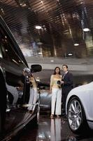 pessoas felizes em uma sala de exposições de carros foto