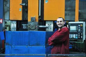 trabalhadores da indústria pessoas na fábrica foto