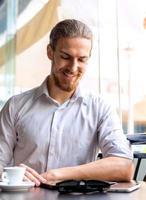 jovem empresário em um café