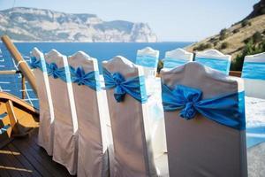 fila de cadeiras decoradas para um evento parcial foto