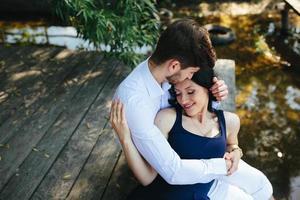 homem e mulher no lago foto