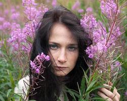 menina bonita entre as flores foto