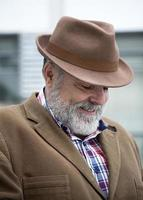 velho atraente, com barba e chapéu foto