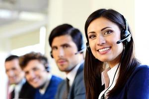 empresários sorridentes em um call center foto