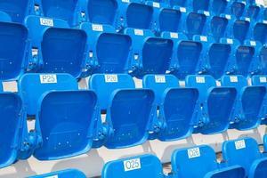 anfiteatro de assentos azuis foto