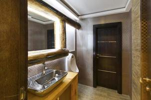 banheiro público moderno no café foto