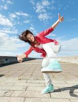 linda garota dançando em movimento foto
