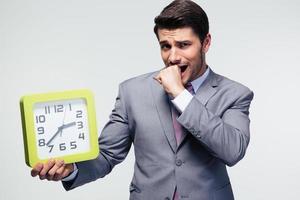 empresário preocupado, segurando o relógio foto
