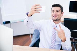 empresário feliz fazendo foto de selfie